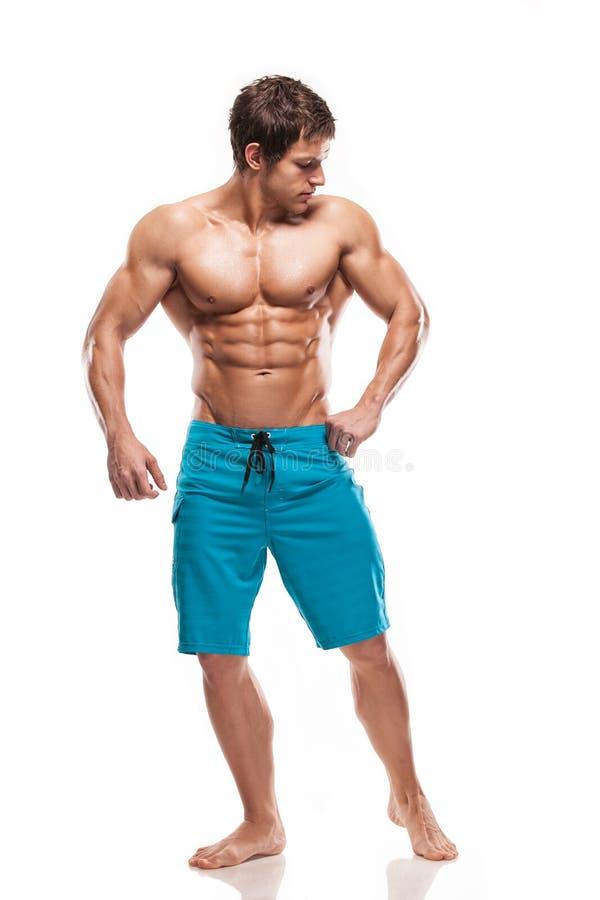Сильный атлетический торс модели фитнеса человека показывая большие мышцы стоковые фото