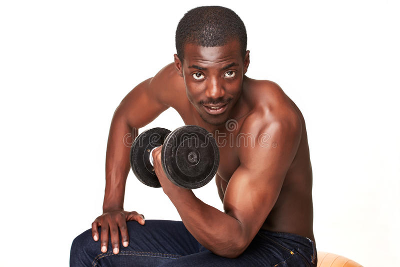 Сильный и мышечный парень с гантелью изолированный дальше стоковое изображение rf