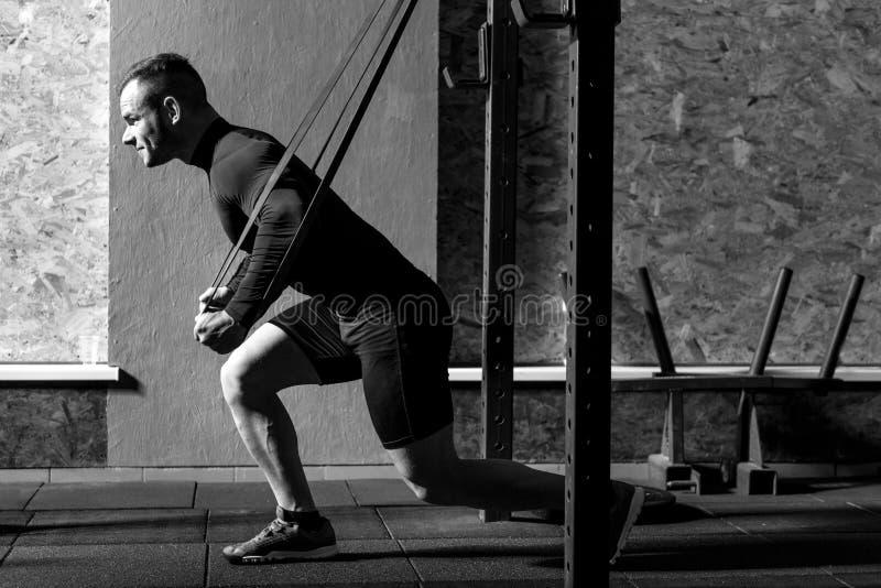 Сильный уверенно человек работая в спортзале стоковая фотография rf