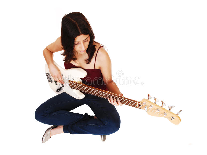 Сидя женщина играя гитару стоковые фото