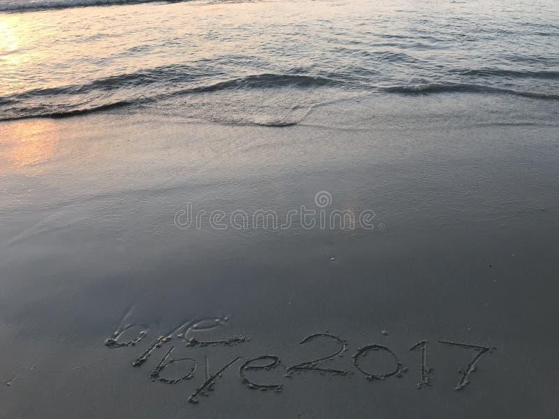 Скажите до свидания к году 2017 когда восход солнца на пляже стоковые фото