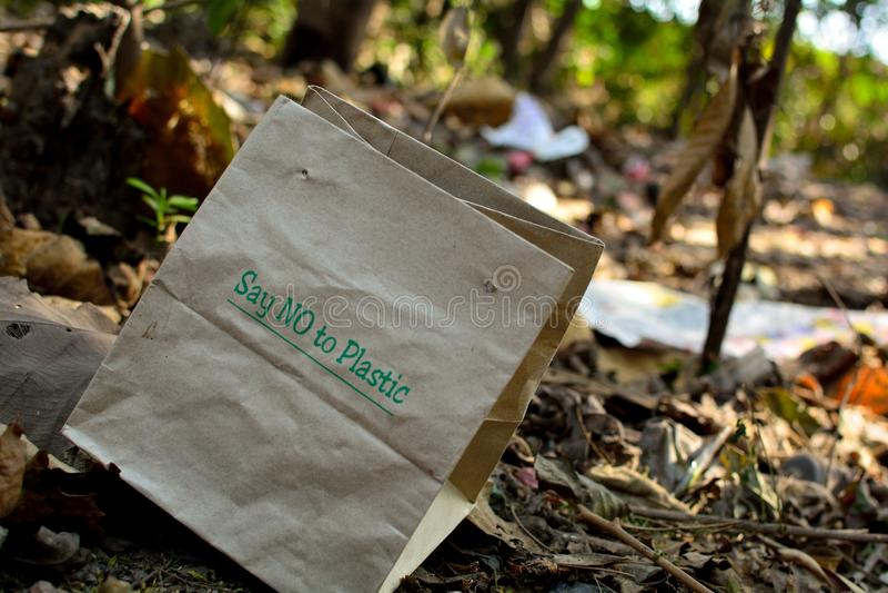 скажите нет к пластичной бумажной сумке стоковые изображения rf