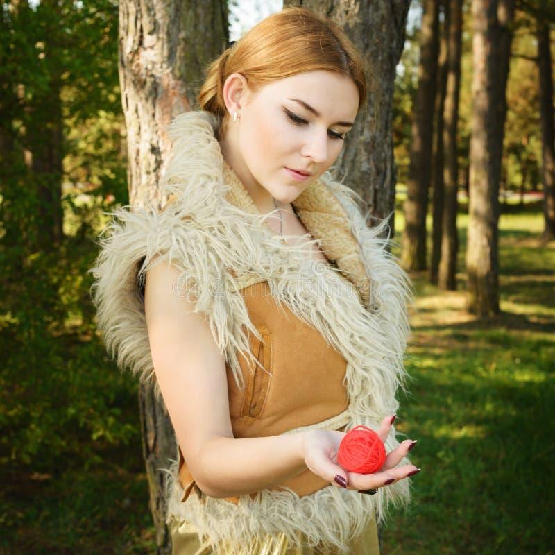 Сказка о принцессе с смертоносным шариком потоков в древесине стоковая фотография rf