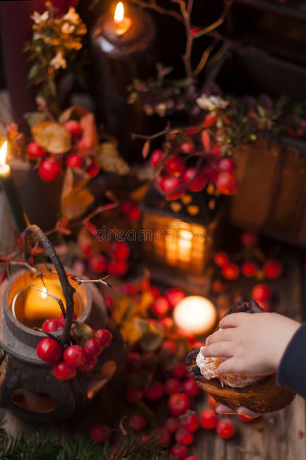 Сказка рождества с свечами и ягодами под снегом Оформление и подарки для рождества стоковое изображение