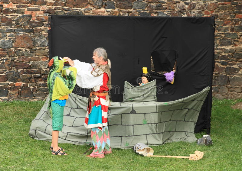 Сказка с рыцарем, драконом и принцессой стоковые фото