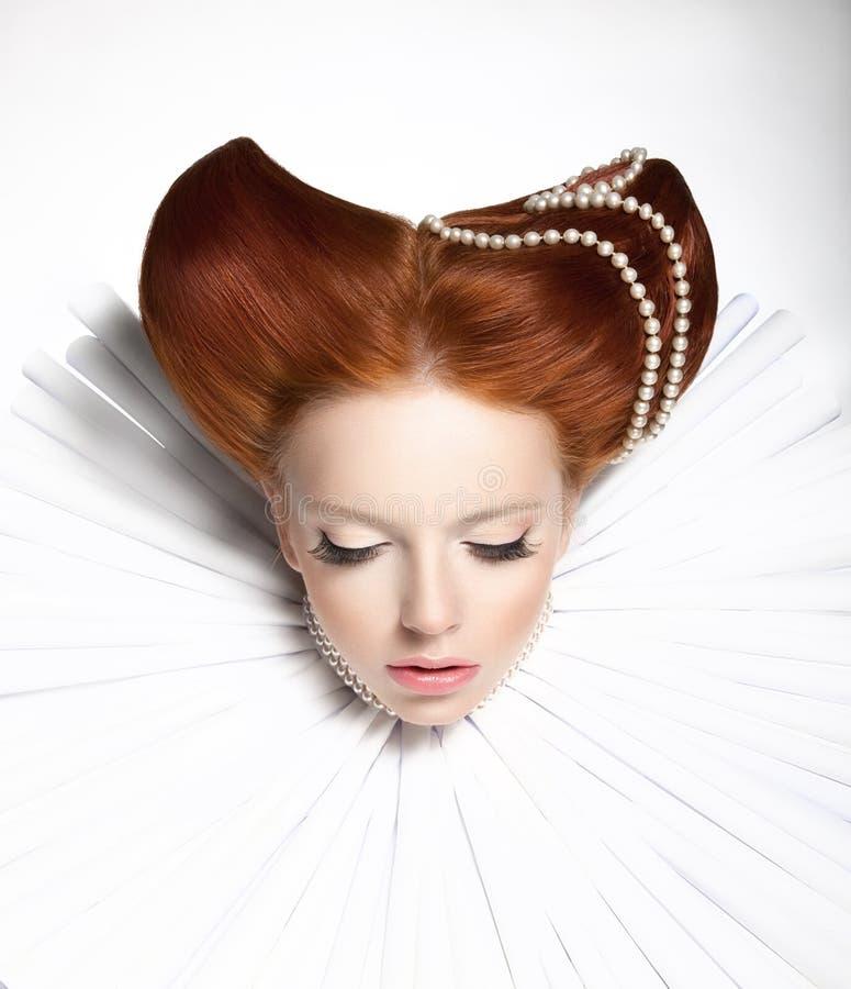 Сказка. Театр. Причудливая женщина в средневековой оборке - сказовом ретро стиле причёсок. Фантазия стоковое изображение