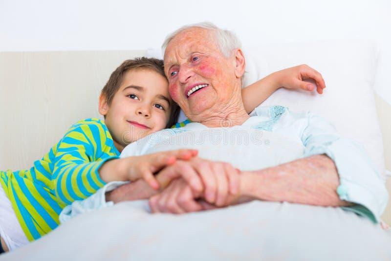 Сказки на ночь с внуком стоковая фотография rf
