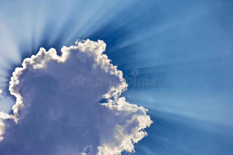 Сказовые лучи солнца поражают через облака стоковые изображения