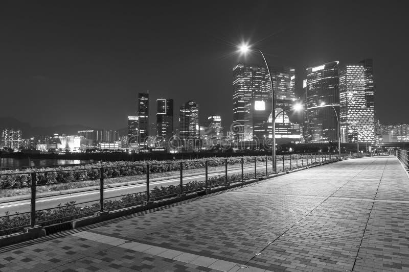 Скайлайн и улица в центре города стоковые фотографии rf