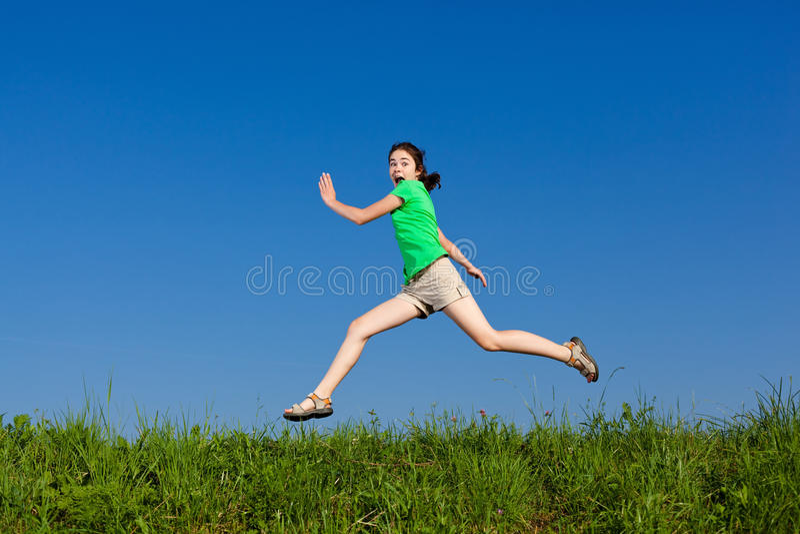 скакать девушки напольный стоковая фотография rf
