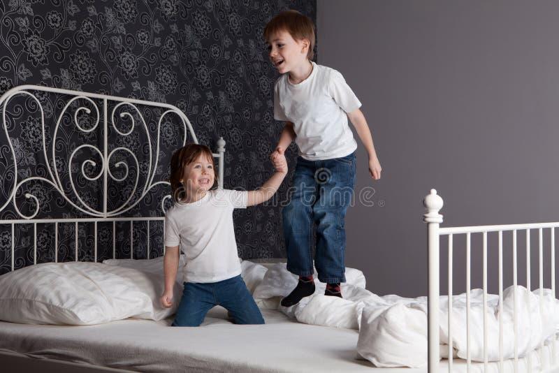 скакать детей кровати стоковая фотография