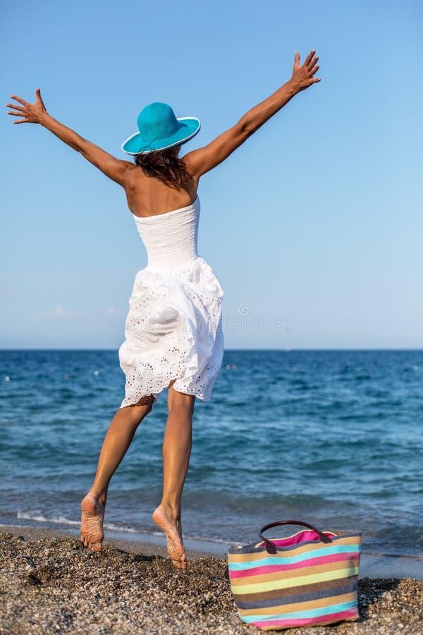 Скакать женщины взморье стоковое фото rf