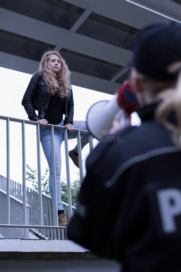 Скакать женщины моста стоковая фотография