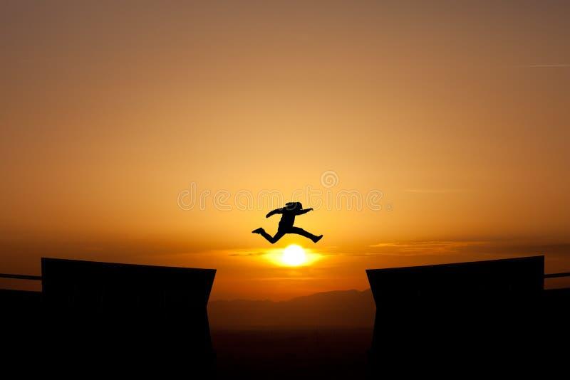 Скакать зазор в заходе солнца стоковые фотографии rf