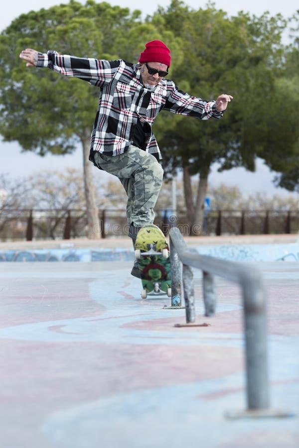 Скакать конькобежца старика стоковая фотография