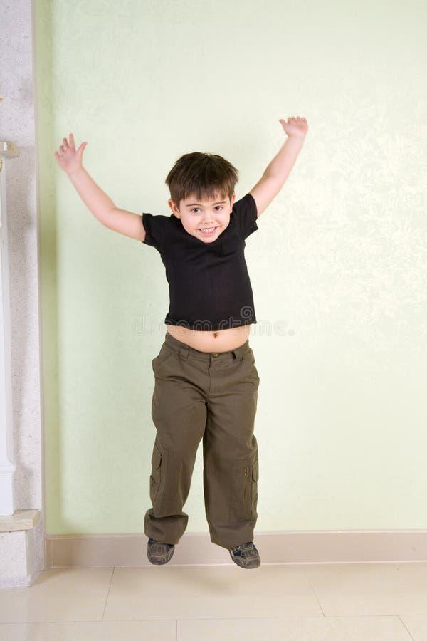 Download скакать мальчика стоковое фото. изображение насчитывающей радостно - 6856588