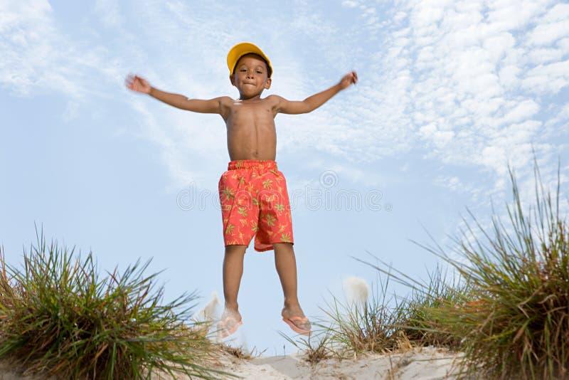 Скакать мальчика стоковая фотография