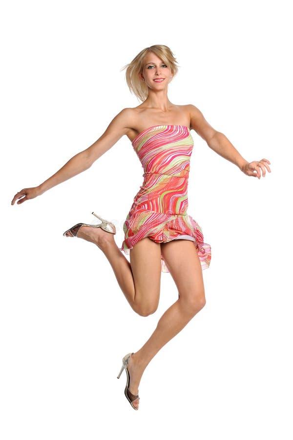 Скакать молодой женщины стоковая фотография