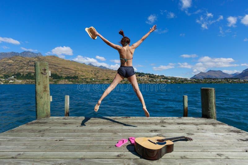 Скакать молодой женщины стоковое изображение