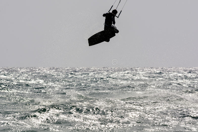 Скакать Kiter силуэта стоковое изображение