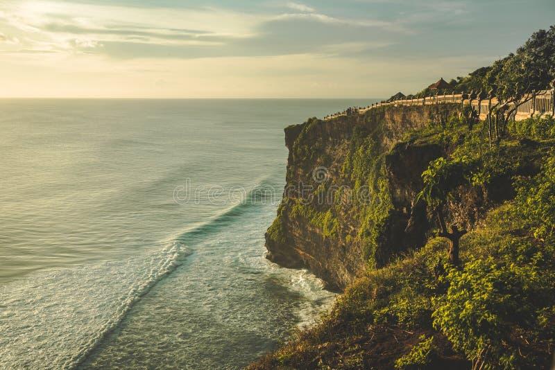 Скала, берег океана, туристский путь панорама тюкованный стоковое изображение rf