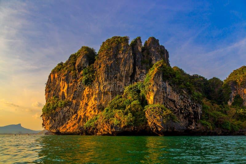 Скала и береговая линия в Railay приставают к берегу, Krabi, Таиланд на заходе солнца стоковая фотография