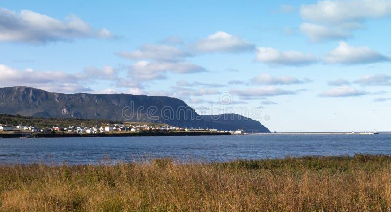 Скалистая гавань через воду стоковые фотографии rf