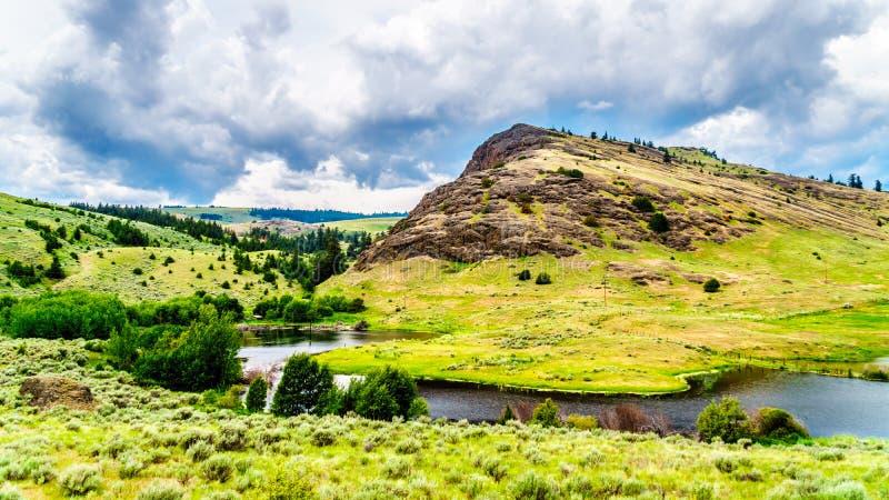 Скалистая гора и Rolling Hills в долине в Британской Колумбии, Канаде Nicola стоковое фото rf