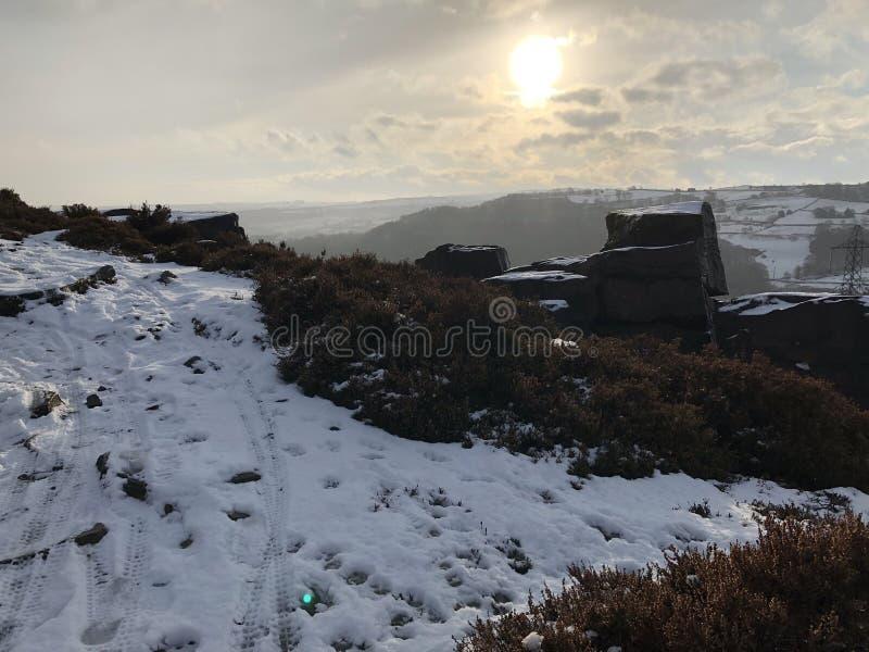 Скалистая скала в зиме стоковые изображения rf