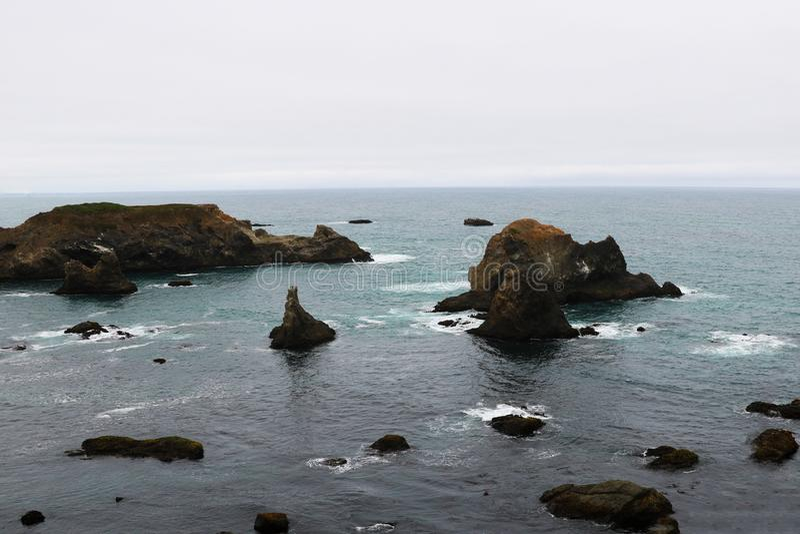 Скалистое побережье в Тихом океане в Калифорния, государствах Америки стоковое изображение rf