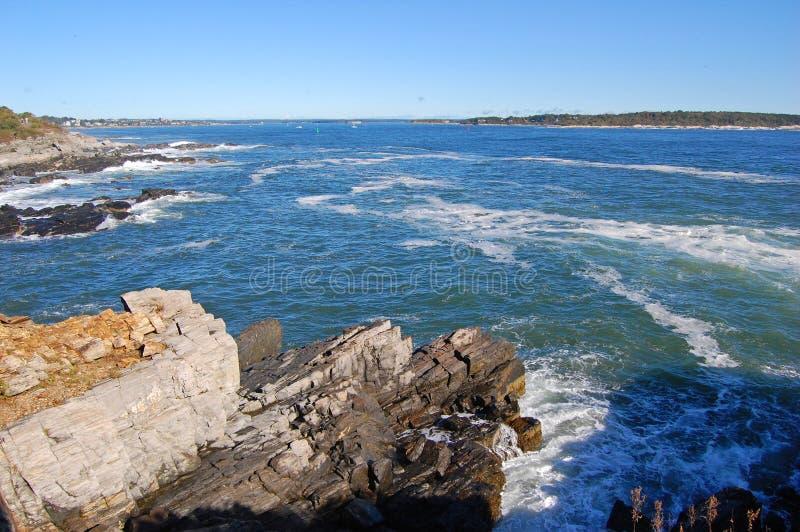 Скалистое побережье на заливе Casco около Портленда, Мейна, США стоковое фото