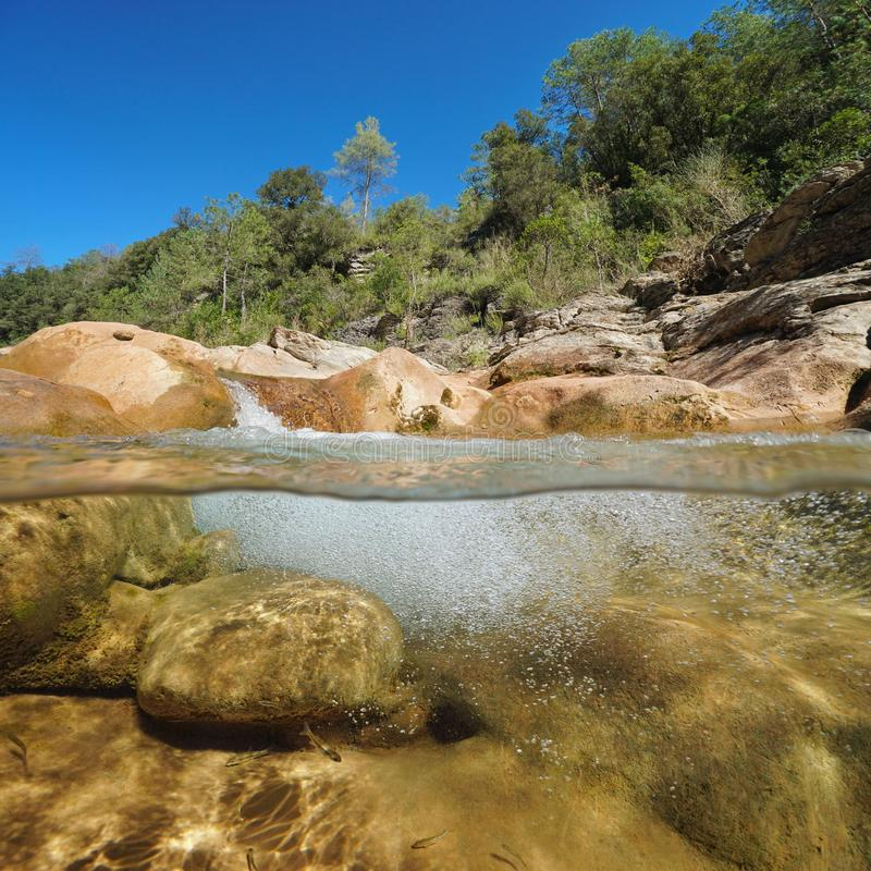 Скалистое река с воздушными пузырями под водой стоковые фото
