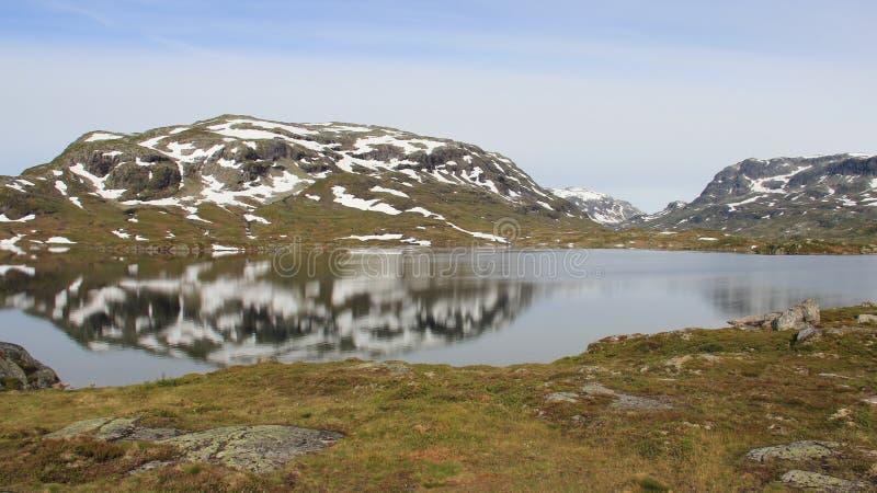 Скалистые горы и естественное озеро с отражением стоковые фото