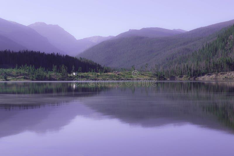 Скалистые горы отражая на озере Granby, Колорадо стоковые изображения rf