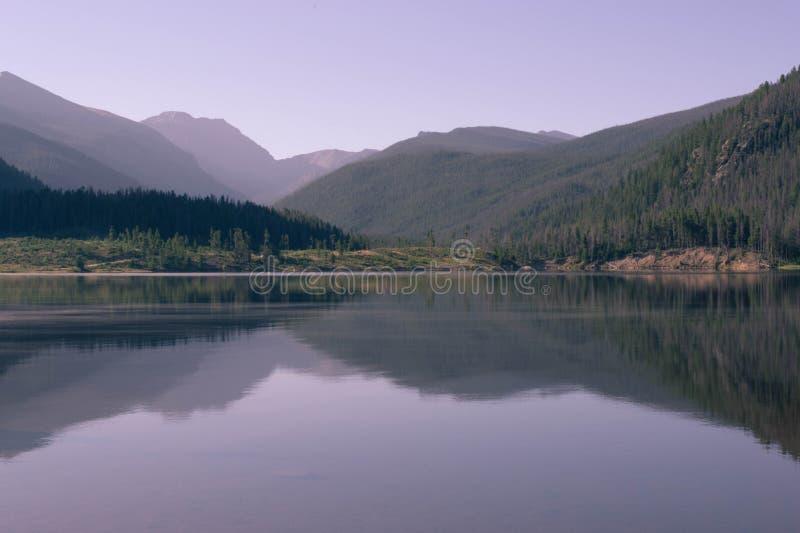 Скалистые горы отражая на озере Granby, Колорадо стоковое изображение rf