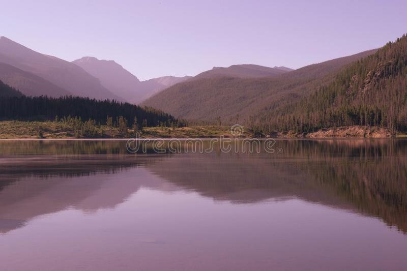 Скалистые горы отражая на озере Granby, Колорадо стоковые фотографии rf
