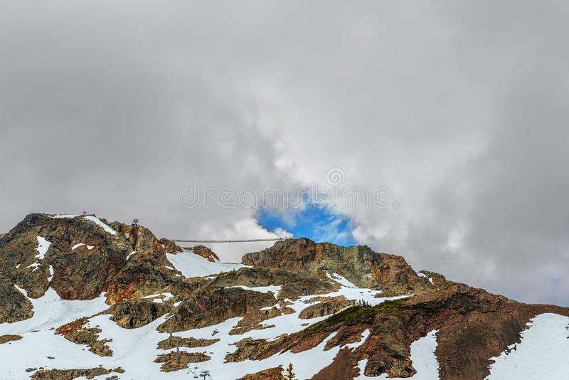 Скалистые горы покрытые с снегом перемещаются, фуникулер с gondo стоковое изображение rf