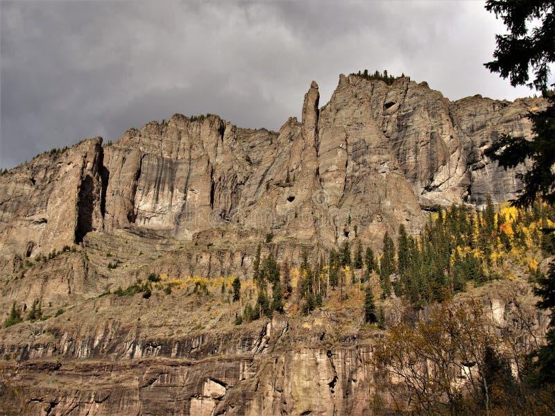 Скалистые скалы над теллуридом в горах Сан-Хуана стоковое изображение rf