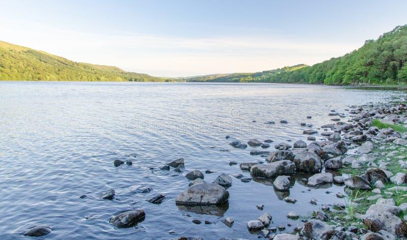 Скалистый берег воды Coniston в английском районе озера стоковое фото rf
