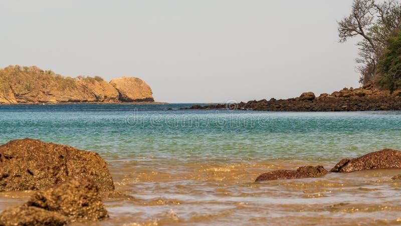 Скалистый берег в Коста-Рика стоковая фотография rf