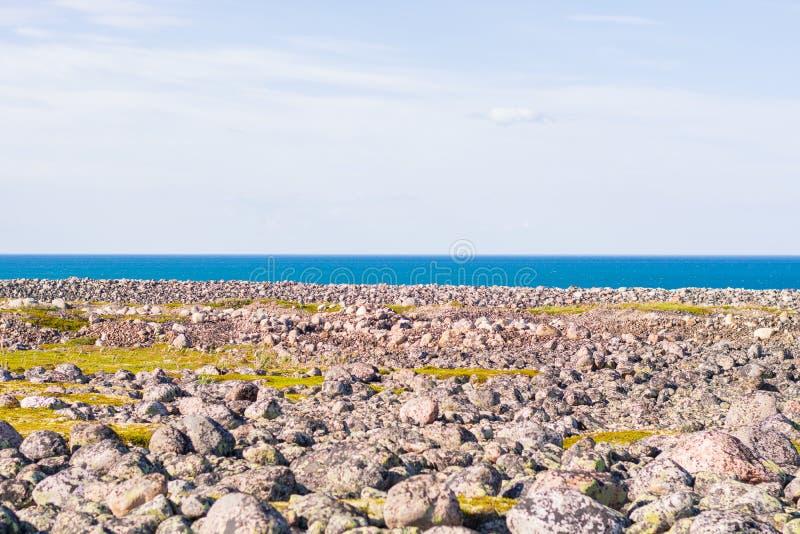 Скалистый берег Огромные оголенные валуны на пляже стоковые изображения rf