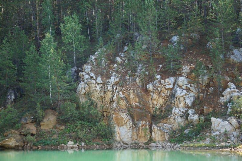 Скалистый берег озера горы стоковая фотография rf