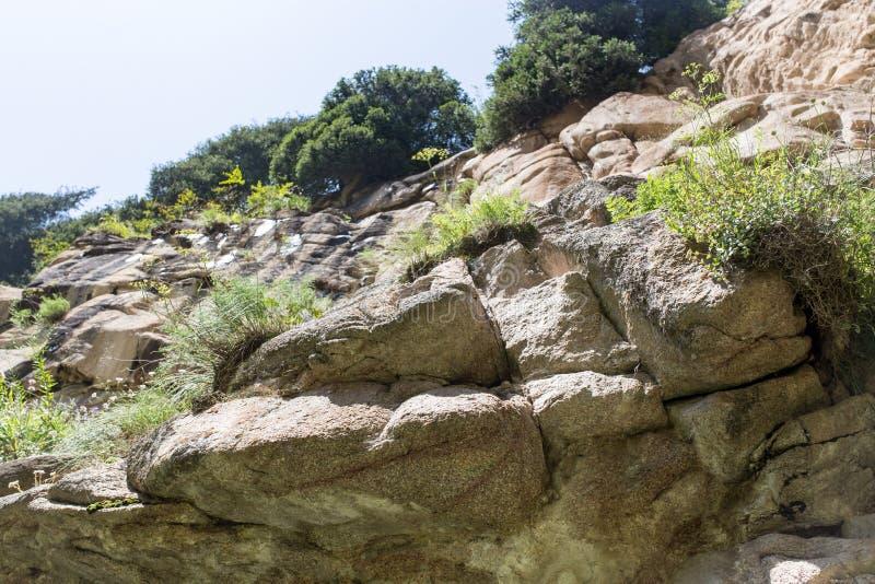 скалистый наклон в горы стоковые изображения