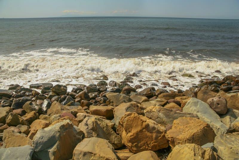 Скалистый пляж в национальном парке пляжа Faria в Калифорнии стоковая фотография rf