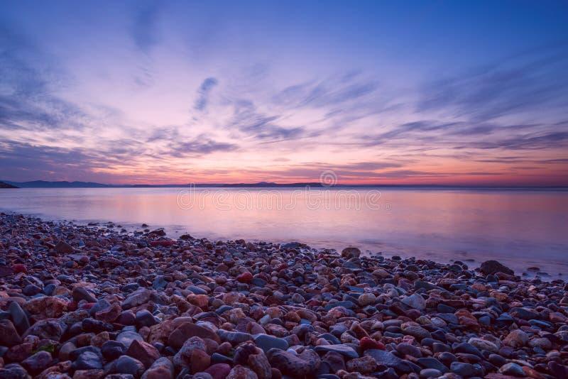 Скалистый пляж на побережье моря Японии, захода солнца, длинных экспо стоковое изображение