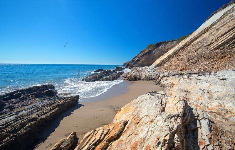 Скалистый пляж около Goleta на парке штата пляжа Gaviota на центральном побережье Калифорния США стоковое изображение