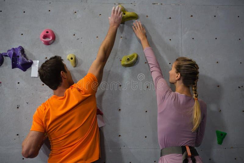 Скалолазание спортсменов в фитнес-клубе стоковые изображения