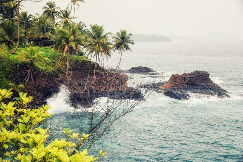 Скалы, волны и океан на острове rollas в Sao Tome и princip стоковая фотография rf