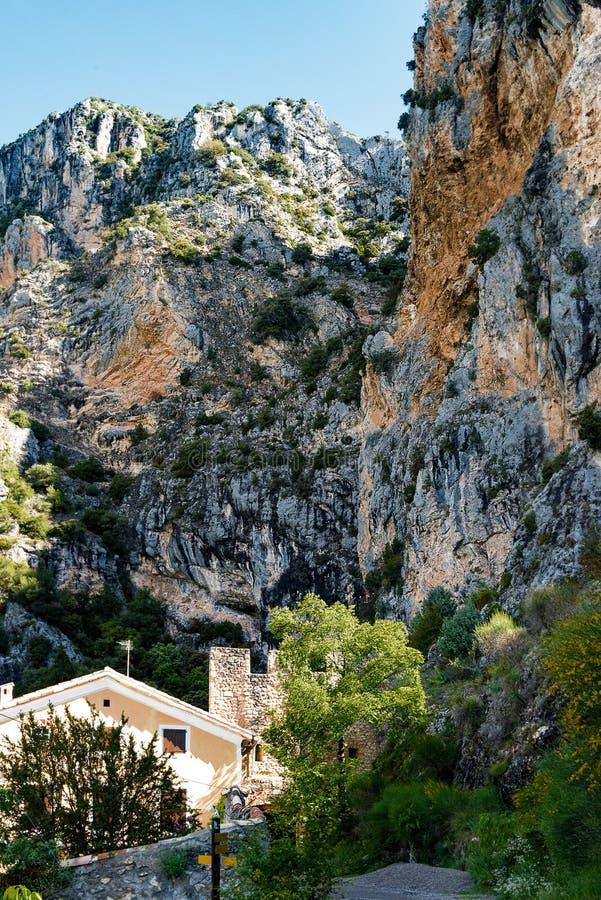 Скалы известняка обозревая Moustiers-Sainte-Мари стоковые изображения rf