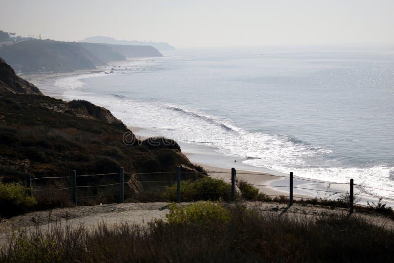 Скалы обозревают пляж в округ Орандж, CA стоковое фото rf